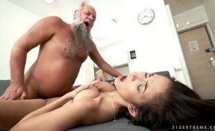Porno incesto com avô fodendo neta gostosinha e fazendo ela gemer