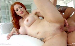 Porno maluco em HD com ruiva sexy levando pica por trás