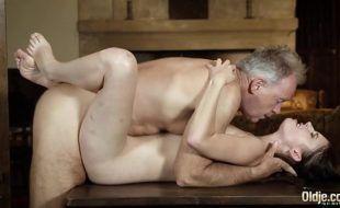 Sexo excitante com padrasto comendo enteada putinha