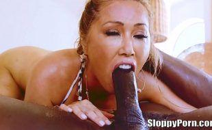 Asiática gostosa chupando pau e dando pra negão