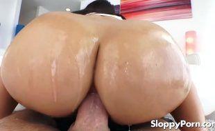 Porno anal com morena do bundão grande e guloso