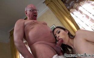 Site de sexo com cena de incesto com tio fodendo sobrinha