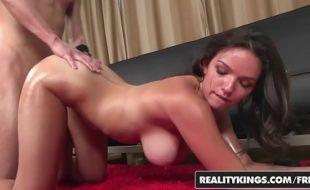 Zoio porno com gata morena peituda tomando vara