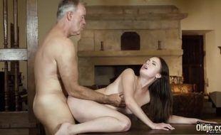 Chupando rola grossa do padrasto e fodendo gostoso