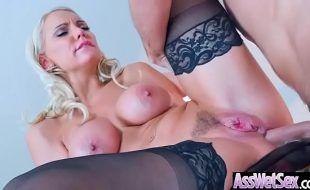 Sexo pornô grátis com loira peituda dando a bunda