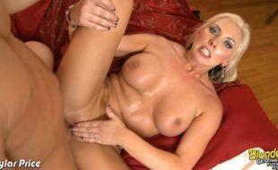 Vídeo pono de sexo HD com loira peituda dando a xereca lisinha