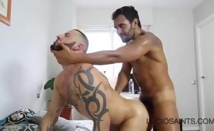 Sexo gay moreno socando no cu do tatuado