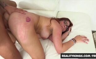 Vídeo de pornô erótico com ruiva fudendo na pegada