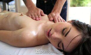 Videos de sedo safada fazendo massagem e gozando muito no pau do safado