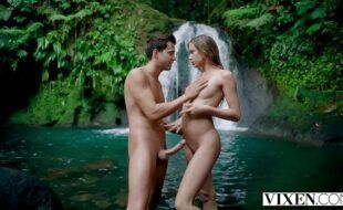 Gostosa transando gostoso na beira da cachoeira