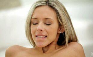 Mulher pelada gostosa transando e fodendo com enorme prazer
