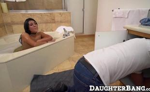 Bucta com safada na banheira dando a sua bucetinha