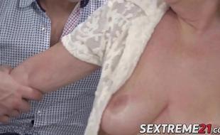 Porno coroa pervertida metendo gostoso