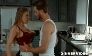 Ruiva sexo na cozinha de casa