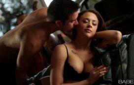 Sedutora porno com uma linda mulher fodendo pelada