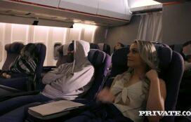 Www sambapirno safada dando a buceta no banheiro do avião