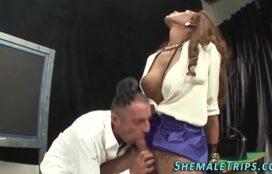 Homem chupando piru de travesti e dando o cu bem gostoso