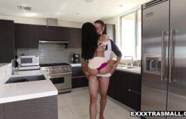 Mulher japonesa transando na cozinha de casa com o vizinho bem safado